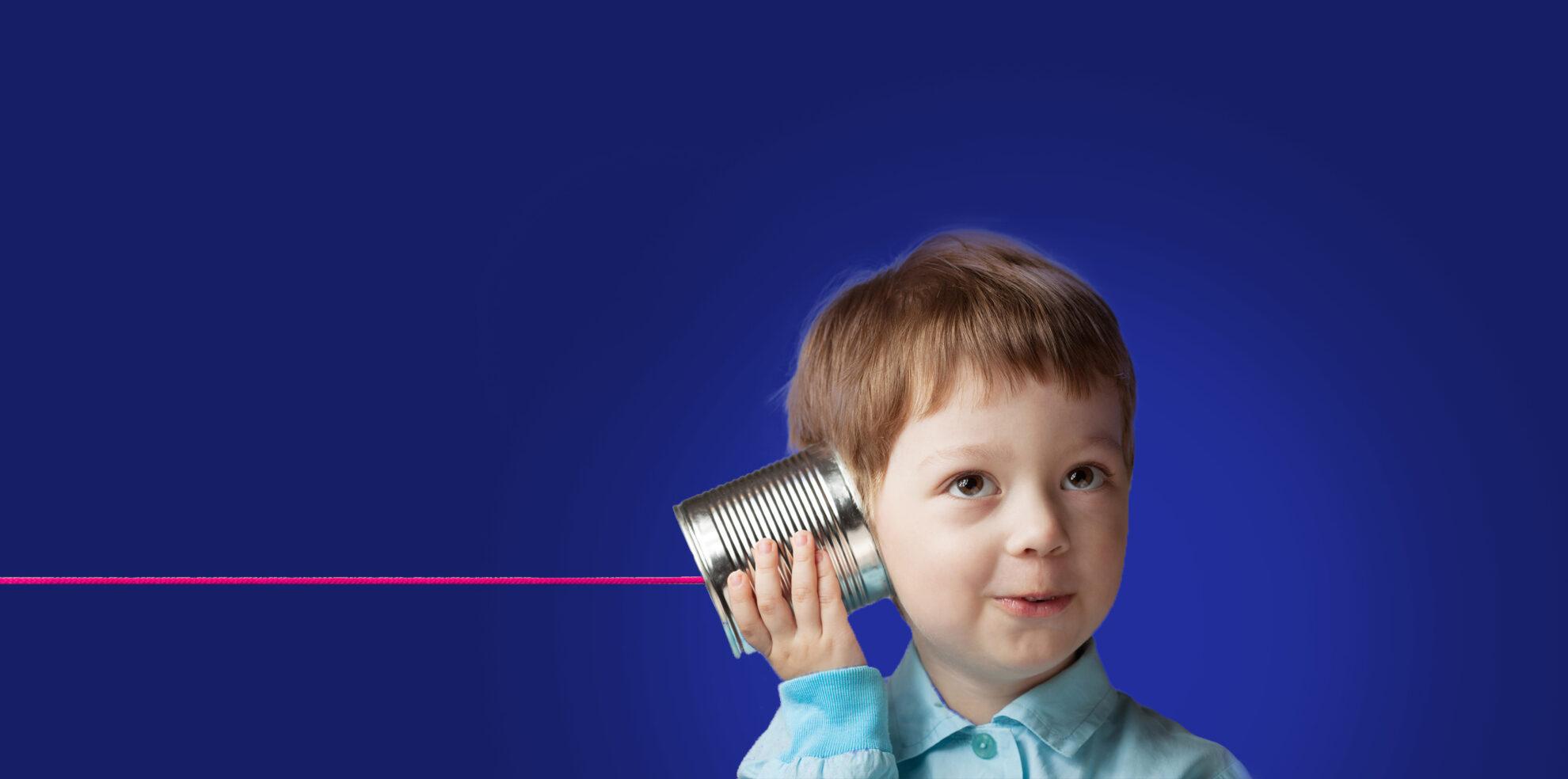 Bambino che ascolta al telefono